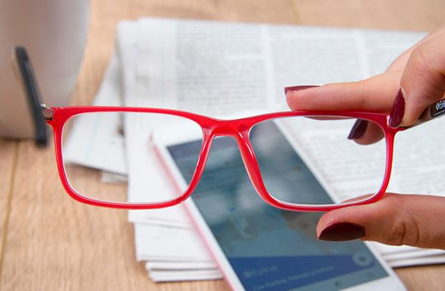 89bbb351f8 Si tienes más de 40 años, quizás has comenzado a notar que los objetos  cercanos los ves desenfocados, que necesitas alejar el móvil o la carta  para leerlo ...